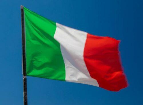 Immagine che contiene bandiera, cielo, blu Descrizione generata automaticamente